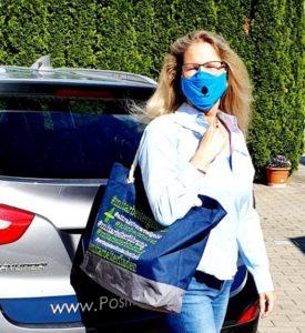 Positiv abheben mit Mund Nasen Schutz Tasche